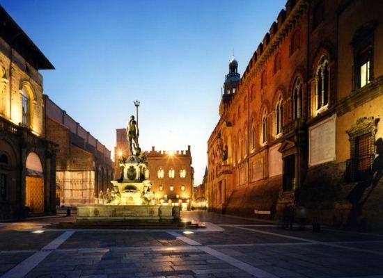 Bologna-piazza-Maggiore-fontana-del-Nettuno.jpg