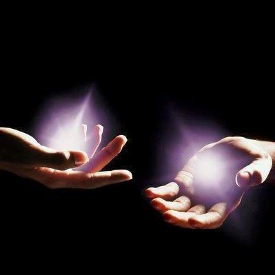 las manos proyectan energía.jpg